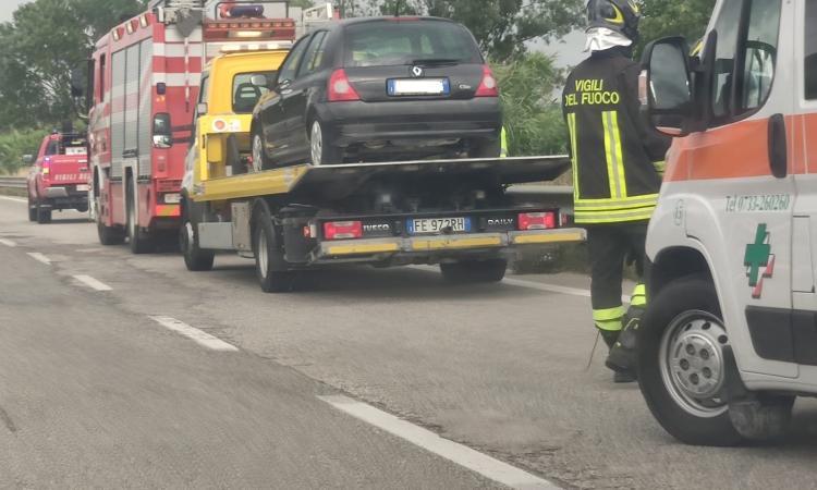 Morrovalle, scontro tra due auto in superstrada (FOTO)