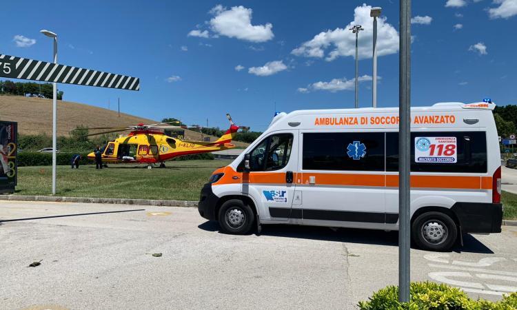 Porto Recanati, cade in casa e resta a terra: anziana trasportata a Torrette in gravi condizioni