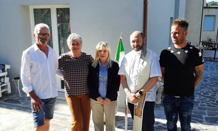 San Severino - ricostruzione post-sisma, una famiglia torna a casa: quartiere in festa