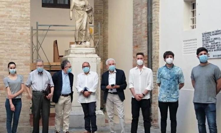 Macerata, inaugurato il cantiere di restauro delle tre statue romane nel cortile del Municipio