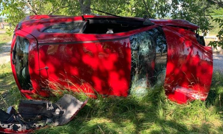 Treia, perde il controllo dell'auto e si schianta contro una pianta: ragazzo trasportato a Torrette in codice rosso (FOTO)