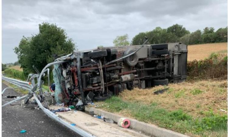Autocarro si ribalta in A14: conducente trasportato a Torrette in gravi condizioni (FOTO)