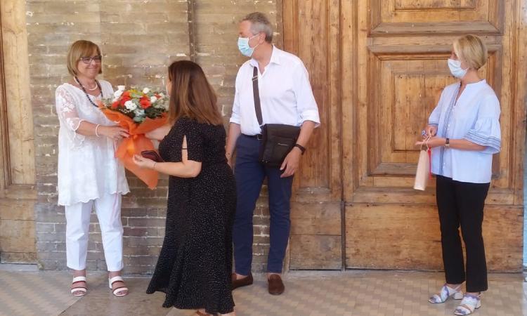 Recanati, la dirigente Angela Barbieri va in pensione dopo 17 anni: l'omaggio del Comune