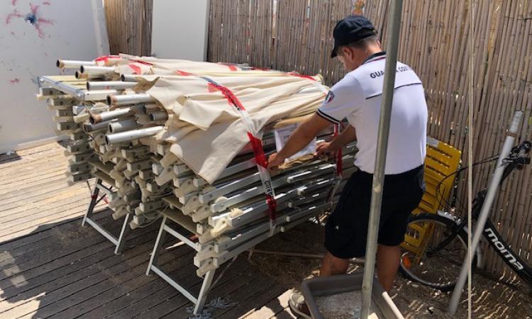 Porto Recanati, sequestrati decine di lettini e ombrelloni abusivi sulla spiaggia libera