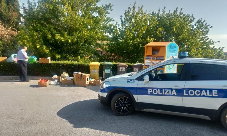 San Severino, beccato ad abbandonare rifiuti nei pressi dell'isola ecologica: multato