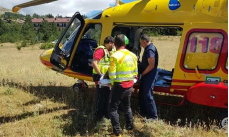 Pioraco, incidente tra auto e scooter: due feriti gravi a Torrette in eliambulanza