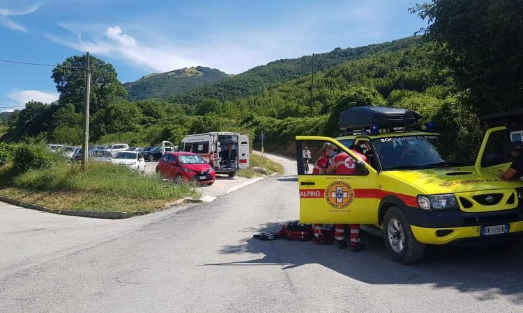 Bolognola, rovinosa caduta mentre percorre un sentiero: escursionista recuperata in elisoccorso