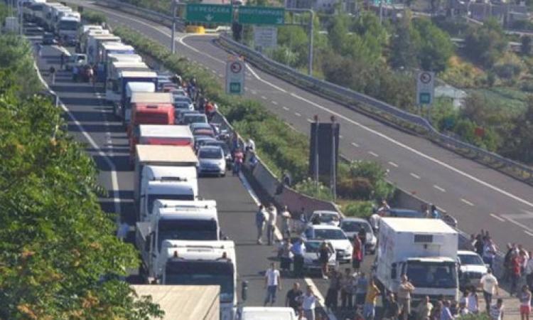 Incidente tra un camion e tre auto in A14, chiuso il tratto Pedaso-Grottammare: code chilometriche