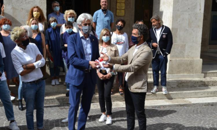 I commercianti di Macerata consegnano le chiavi della città al neo sindaco Parcaroli (FOTO e VIDEO)