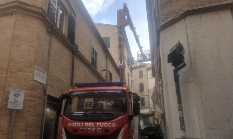 Macerata, cadono pezzi di intonaco da una finestra: vigili del fuoco al lavoro in via De Vico (FOTO)