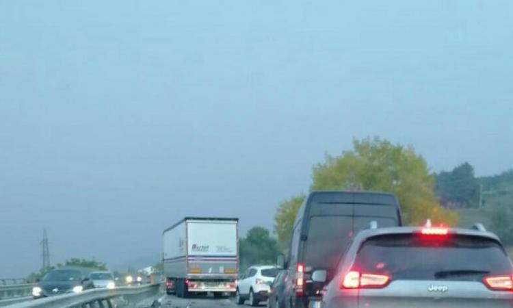 Belforte, furgone si ribalta in superstrada: traffico rallentato