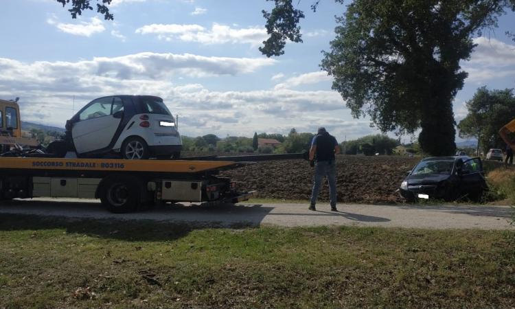 Montecassiano, carambola fra 4 auto lungo la Provinciale: 5 feriti. Donna in gravi condizioni a Torrette (FOTO)