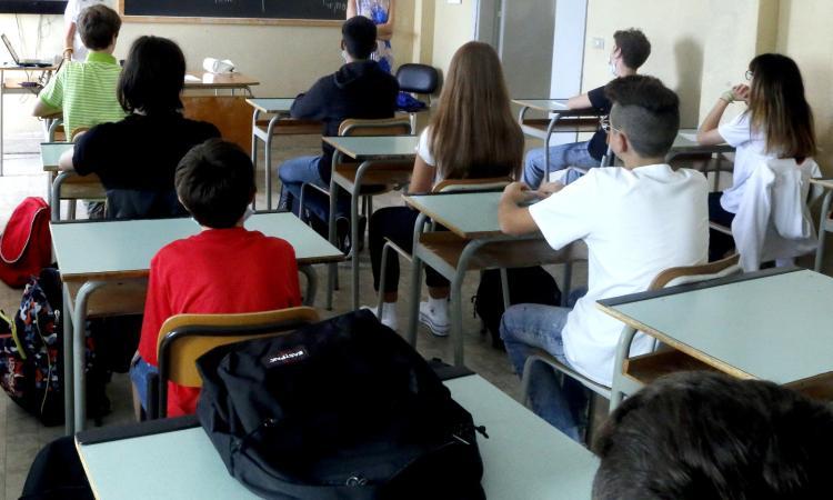 Il Covid circola tra i banchi di scuola: nuove classi in quarantena nel Maceratese