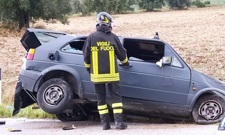 Treia, sbanda con l'auto e finisce in un fosso: 40enne trasportato a Torrette in codice rosso (VIDEO e FOTO)