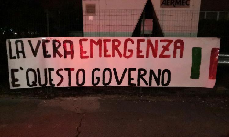 """Macerata, striscioni contro il nuovo Dpcm: """"La vera emergenza è questo Governo"""""""