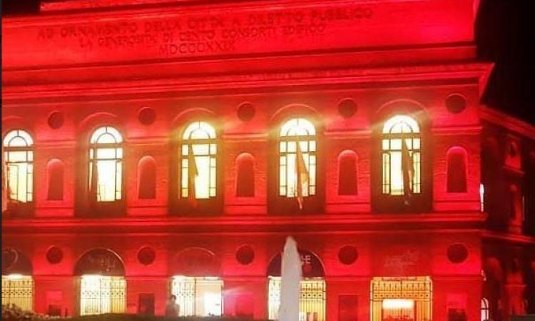 Macerata, lo Sferisterio si illumina di rosso per la Giornata mondiale della poliomelite