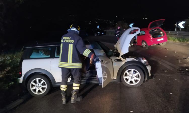 Macerata, incidente tra due auto: quattro feriti e traffico bloccato (FOTO)