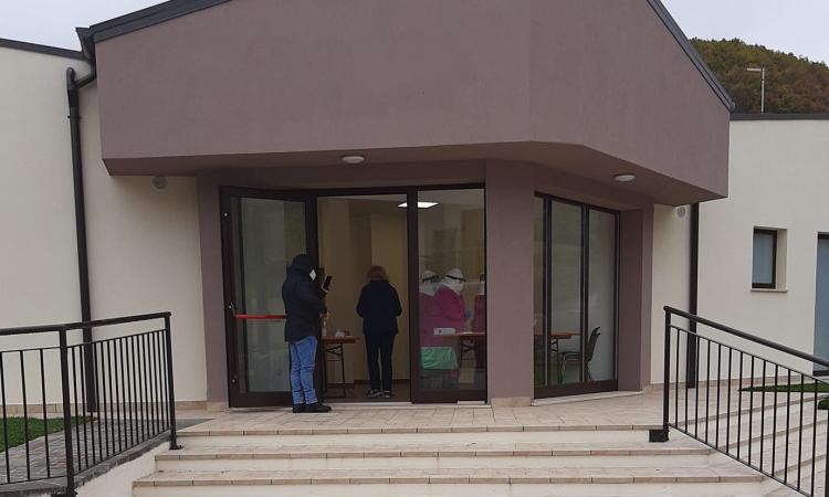 Pieve Torina, docente della scuola media positiva al Covid: tamponi a tappeto per tutti gli studenti