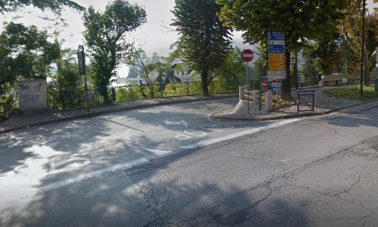 Tolentino, l'auto perde metano dopo l'incidente all'incrocio: intervengono i vigili del fuoco