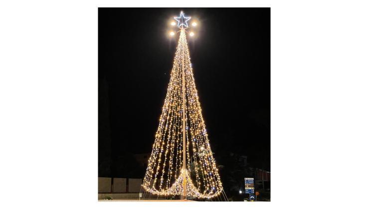 Appignano, il Comune dona un albero di Natale a tutti i negozianti: il programma delle festività