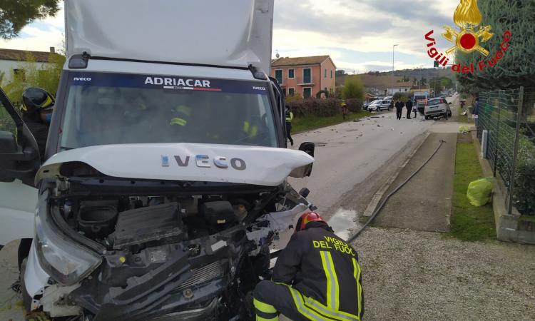Montelupone- Schianto tra auto e furgone, fuoriesce gas da una conduttura: intervengono i soccorsi