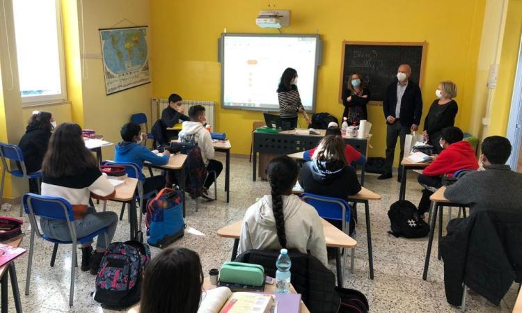 Caldarola, mascherine in dono agli alunni di medie ed elementari: il gesto delle aziende Fol-Vez e THD