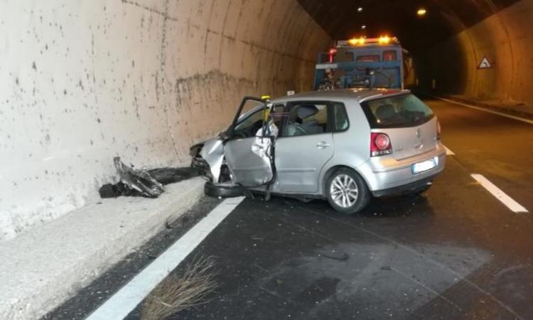 Incidente in superstrada, scontro tra auto e camion: un uomo trasferito a Torrette