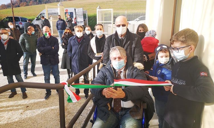 Tolentino, taglio del nastro a Paterno: un Pezzanesi 'in ripresa' consegna gli appartamenti (FOTO)