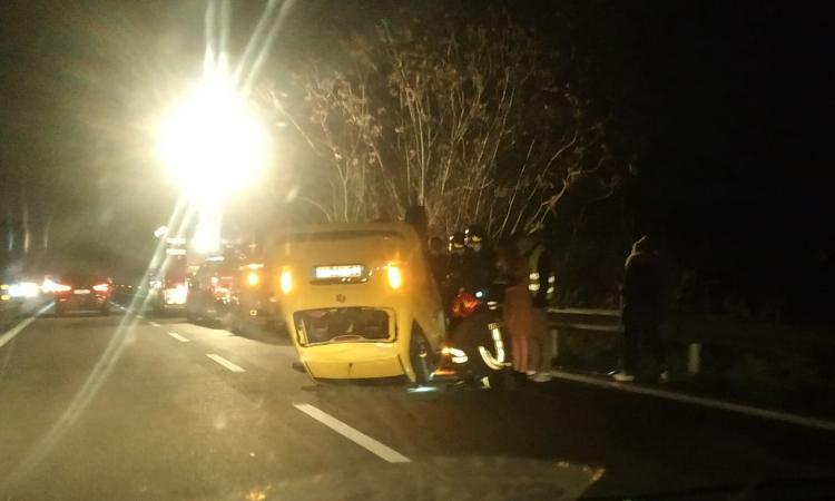 Macerata, auto ribaltata in superstrada: traffico in tilt, ambulanze sul posto (FOTO)