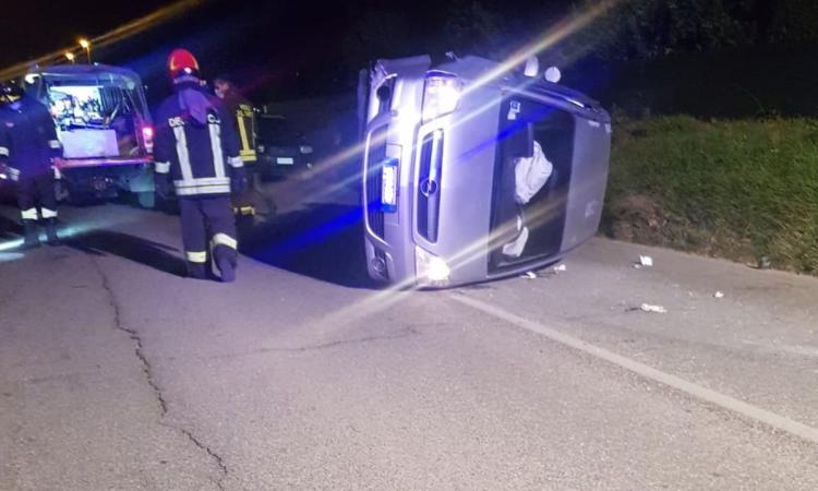 San Ginesio, prende il tombino e si ribalta con l'auto: conducente trasportato all'ospedale