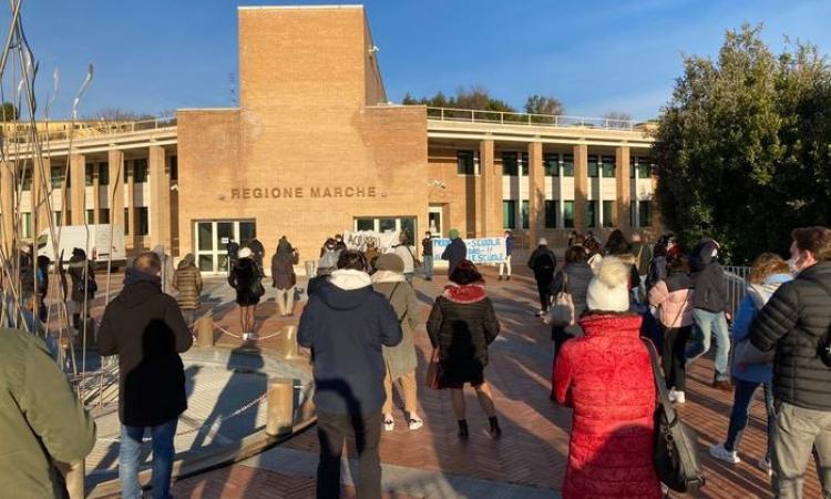 """""""Acquaroli, ce senti? Riapri le scole"""": continua la protesta in Regione di studenti e insegnanti"""