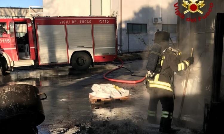 Civitanova, muletto in fiamme in una ditta: intervengono i vigili del fuoco