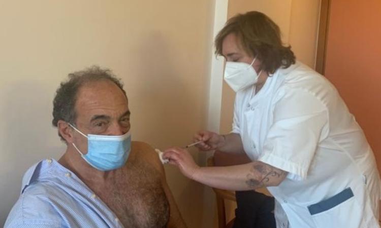 Villa dei Pini, effettuati quasi 50mila tamponi: l'ad Enrico Brizioli riceve il vaccino