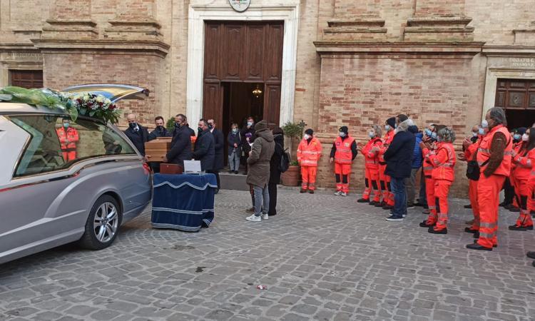 Corridonia, l'ultimo saluto a Roberto Morresi: se ne va con la sua divisa da soccorritore (FOTO e VIDEO)