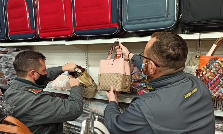 Civitanova, oltre 200 borse e zaini venduti con falsi marchi d'alta moda: denunciata commerciante