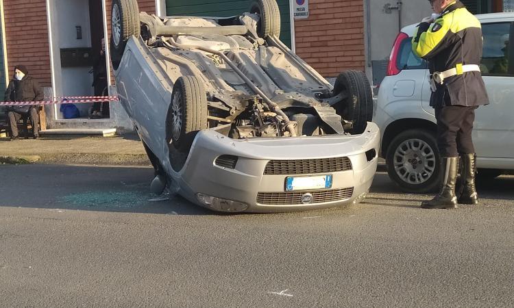 Macerata, auto si ribalta a Sforzacosta: traffico in tilt (FOTO)
