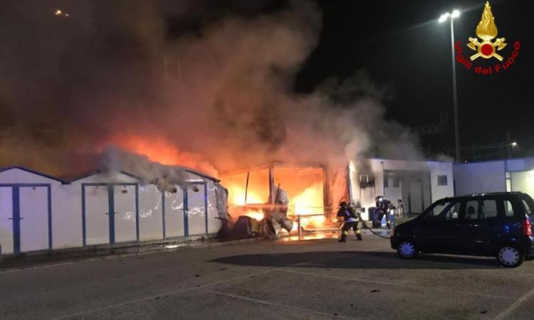 Ancora fiamme al porto di Ancona: distrutti capannoni e barche (FOTO)