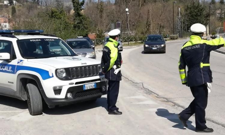 Multato perché alla guida col cellulare: il Tribunale di Macerata condanna giovane automobilista