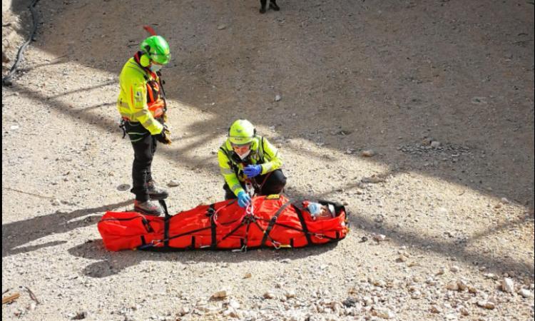 Cade con la mountain bike mentre tenta di raggiungere Frasassi: trasferito a Torrette