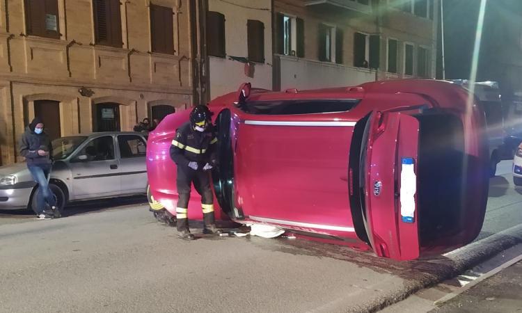 Macerata, si schianta contro tre auto in sosta e si ribalta nel centro di Villa Potenza (VIDEO e FOTO)