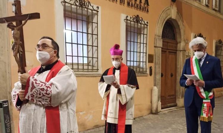 Macerata, il Covid non ferma la Via Crucis: sindaco e vescovo attraversano una città deserta (VIDEO e FOTO)