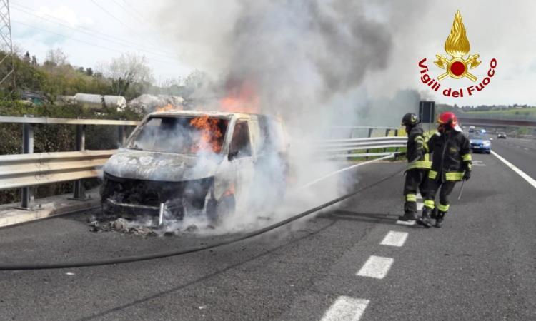 Furgone divorato dalle fiamme lungo l'A14: conducente si ferma ed esce in tempo dall'abitacolo