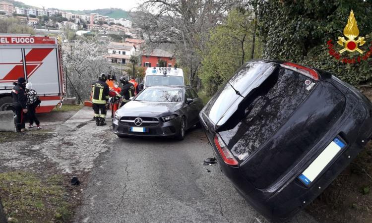 Tolentino, pauroso scontro tra due auto: una vettura rimane in bilico su una fiancata