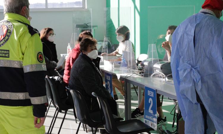 Vaccini, nelle Marche al via dal 17 aprile la prenotazione per la fascia d'età 65-69 anni