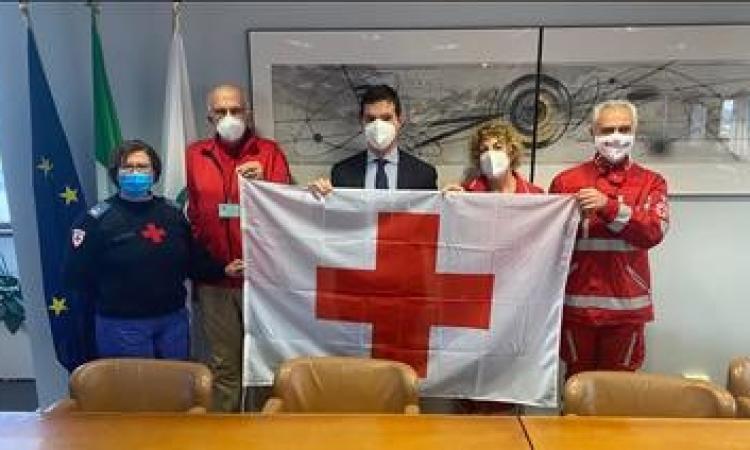 """Marche, la Croce Rossa consegna la bandiera ad Acquaroli: """"Siete un punto di riferimento"""""""