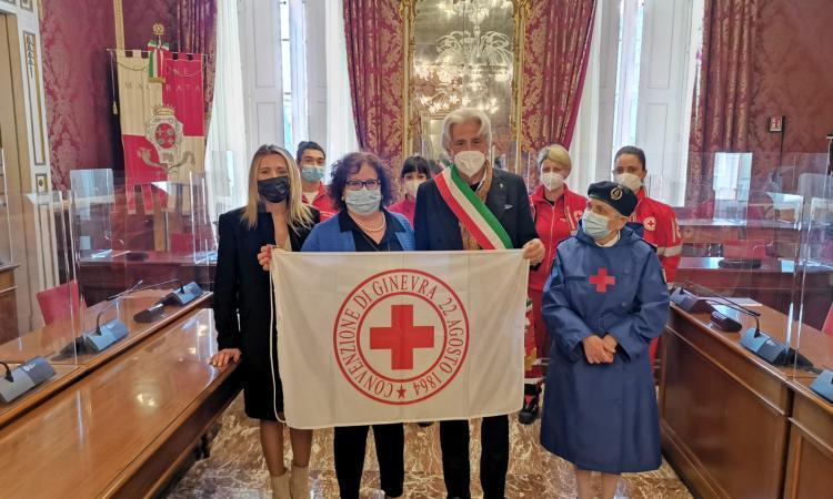 """Macerata, la bandiera della Croce Rossa sventola sul Palazzo Comunale: """"un valore per la città"""""""