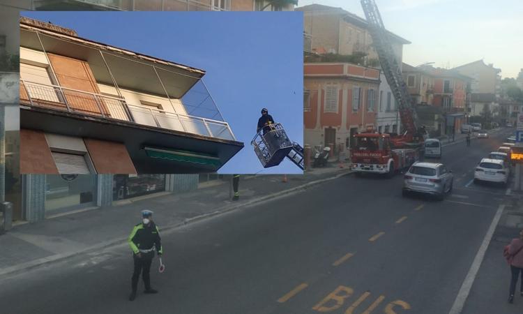Macerata, cadono dei pezzi di intonaco da un balcone: traffico alternato in via Roma