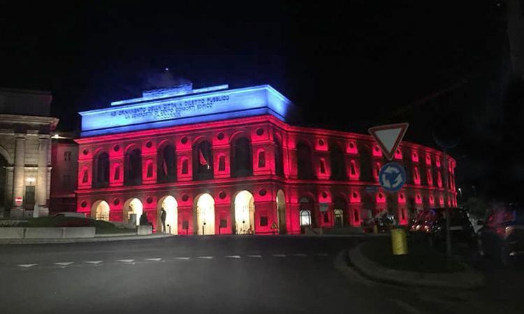 Macerata, mercoledì 5 maggio lo Sferisterio si illumina di rosso per omaggiare le ostetriche