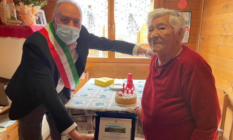 Valfornace, nonna Antonia spegne 100 candeline: il sindaco la omaggia con una targa
