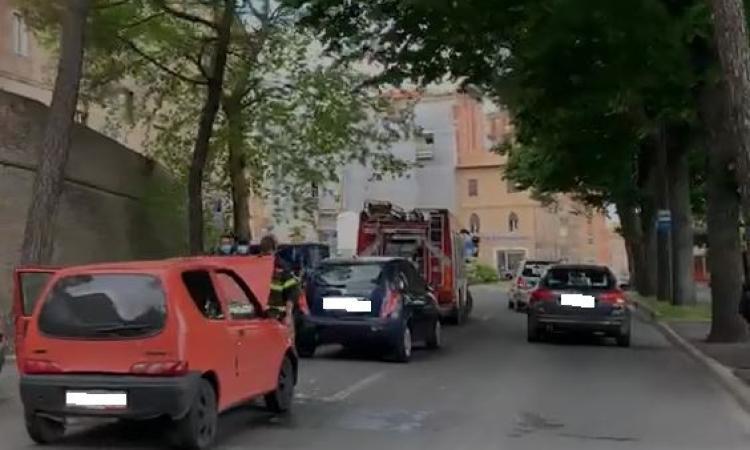 Macerata, tamponamento tra auto lungo via Leopardi, una prende fuoco: pompieri sul posto